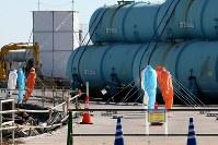 作業員の暑熱対策のために構内で行われる、防護服やアスファルトの素材を変えて温度変化を測定する実験=福島第1原発で2015年11月6日、森田剛史撮影