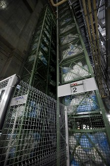 雑個体廃棄物焼却処理施設にうずたかく積まれる防護服などの廃棄物=福島第1原発で2016年2月23日、森田剛史撮影