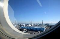 大型休憩所から望む福島第1原発構内。奥には1号機から4号機、手前には無数のタンクが並ぶ=福島第1原発で2015年11月5日、森田剛史撮影