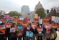 「保育園落ちたの私だ」と書かれたプラカードを掲げ、抗議集会に参加する当事者ら=東京都千代田区の国会前で2016年3月5日、中村かさね撮影