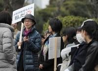 「保育園落ちたの私だ」と書かれたプラカードを持って国会前に集まった人たち=東京都千代田区で2016年3月5日午後3時4分、猪飼健史撮影