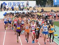 一斉にスタートする選手たち=大津市の皇子山陸上競技場で2016年3月6日、小関勉撮影
