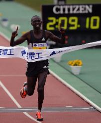 1位でフィニッシュするルーカス・ロティッチ=大津市の皇子山陸上競技場で2016年3月6日、小関勉撮影