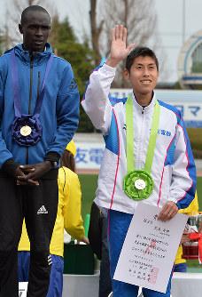 表彰式で笑顔を見せる2位の北島寿典(右)。左は1位のルーカス・ロティッチ=大津市の皇子山陸上競技場で2016年3月6日、大西岳彦撮影