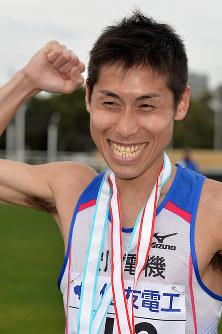 2位でフィニッシュし笑顔を見せる北島寿典=大津市の皇子山陸上競技場で2016年3月6日、大西岳彦撮影