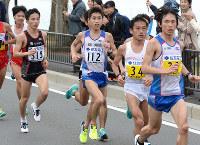 折り返し地点前を走る北島寿典(中央)。右端は中本健太郎、右から2人目は石川末広=2016年3月6日午後1時32分、山崎一輝撮影