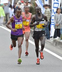 31キロすぎ、S・キタタ(左)を抜くL・ロティッチ(右)。奥はA・F・シンブ=2016年3月6日午後、山崎一輝撮影
