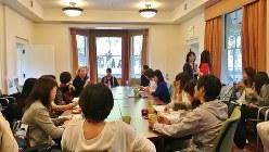 スタンフォード・ビング・ナーサリー・スクールの先生に話を聞く研修生たち=ポピンズ提供