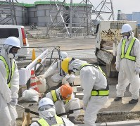 東京電力福島第1原発の廃炉作業では、1日7000人が働いている=2015年5月7日、宮間俊樹撮影(一部画像を加工しています)