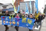 原発再稼働反対を訴え行進する参加者たち=津市で