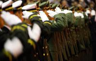 卒業式後の任命・宣誓式で敬礼する卒業生たち=神奈川県横須賀市の防衛大で昨年3月22日、小川昌宏撮影