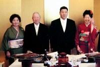 佐藤健一さん(右から2人目)と妻久美子さん(右端)の結婚式で。父一夫さん(左から2人目)は、うれしそうな健一さんの顔を思い出す=2008年1月27日