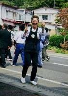 地元の「安渡祭り」で笑顔を見せる澤豊明さん。「お祭りが大好きだった」(純子さん)。豊明さんが、酔ったようにふざけて踊り見る人を笑わせる「さけおどり」は評判だった=2006年9月ごろ撮影