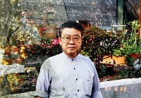 自宅兼店舗の庭で、よく孫と遊んだり野菜を作っていた澤鐵男さん。写真は津波に流された自宅の近くで見つかった=1997年6月23日撮影