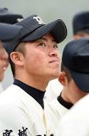 高校最後の試合を終え、うっすらと涙を浮かべる高橋禎希さん(18)。2年連続で夏の甲子園出場を目指した利府高校野球部は宮城大会4回戦、1点差で敗れた。南三陸町の防災対策庁舎屋上で流され、今も行方がわからない父・文禎さん(当時43歳)に教わって始めた野球。最後の試合では七回に代打でヒットを放ち、「やりきった」とすがすがしい表情を見せた。4月には関東の大学へ進学し、得意の英語を専攻する。いずれは南三陸町に戻り、子供たちに野球を教えることも夢の一つだ。しかし、故郷は若者を中心に人口流出が続き、少年野球チームを成立させるのもぎりぎりの状態。将来、町へ戻るか、否か。「今はまだわからない」=宮城県南三陸町で2015年12月26日、喜屋武真之介撮影