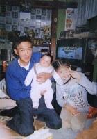 高橋千賀子さんの夫伝(ゆづる)さん(左)。自宅が流されたためほんとんど写真が残っていない(家族提供)