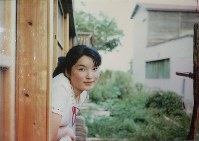 佐藤才子さん。結婚前、地域の公民館で信行さんが撮影した=佐藤信行さん提供