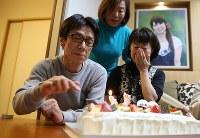 宮城県女川町の七十七銀行女川支店で勤務中に行方不明となった成田絵美さん(当時26)。父正明さん(59)と母博美さん(55)は同じく犠牲になった行員の家族らを自宅に招き、31歳になる一人娘の誕生日会を開いた。会の最後、ケーキのろうそくに火が灯り、夫妻は涙をこらえて息を吹きかけた。「あの日から5年になろうとしても、絵美への思いは薄まるどころか強くなるばかりだよ」と正明さんはつぶやいた。勤務先の銀行では4人が死亡し、8人が今も見つかっていない=宮城県石巻市で2015年12月5日、佐々木順一撮影
