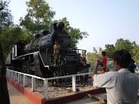 ミャンマー南部タンビュザヤの公園に展示されている蒸気機関車。英領ビルマ時代に導入、泰緬鉄道でも使われたという=2016年2月17日、春日孝之撮影
