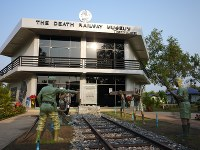 ミャンマー南部タンビュザヤの公園に今年1月オープンした「死の鉄道博物館」。過酷な敷設作業の光景が「再現」されている=2016年2月17日、春日孝之撮影