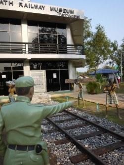 ミャンマー南部タンビュザヤの公園に今年1月にオープンした「死の鉄道博物館」。過酷な敷設作業の光景が「再現」されている=2016年2月17日、春日孝之撮影