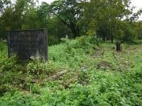公園のすぐ外に「死の鉄道 ここに始まる」と刻んだコンクリートの碑がある。以前は文字がかすかに読める程度だった=2012年7月31日、春日孝之撮影