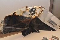 富岡町で住民に避難を呼びかけた直後、津波に流された双葉警察署のパトカーの一部。乗車していた2人の警察官のうち1人は死亡、もう1人は今も行方が分かっていないという=福島県会津若松市の県立博物館で2016年2月、金志尚撮影