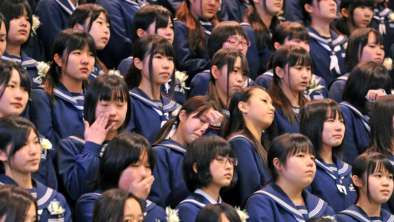 涙ぐみながら最後の合唱を披露する卒業生=北九州市の沼中学校で2014年3月13日、徳野仁子撮影