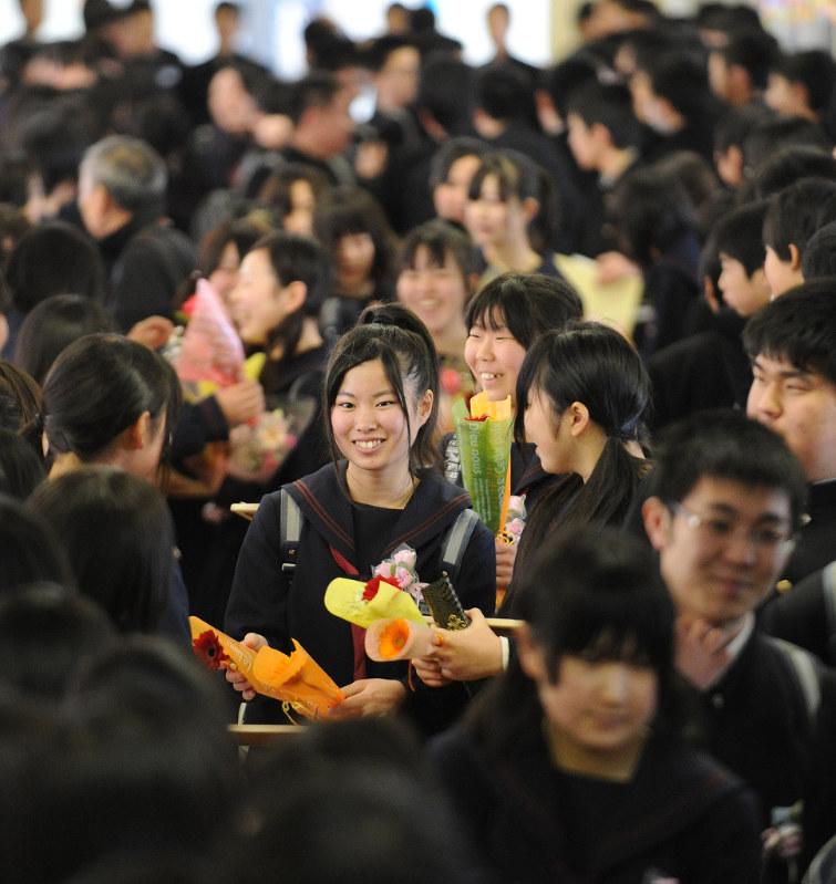 卒業式後、在校生から見送られる卒業生たち=宮城県南三陸町の町立志津川中学校で2012年3月10日、丸山博撮影