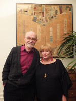 ジェラール・マセさんとアンヌさん夫妻。35年前にパリの古美術商で買ったというびょうぶの前で=パリ市内で2016年3月7日、野村房代撮影