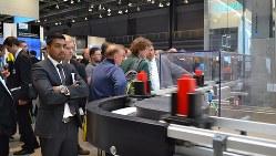 高速で流れるボトルを瞬時に見分け、異なる加工を施す生産ライン=ニュルンベルクの産業展会場で2015年11月25日、坂井隆之撮影