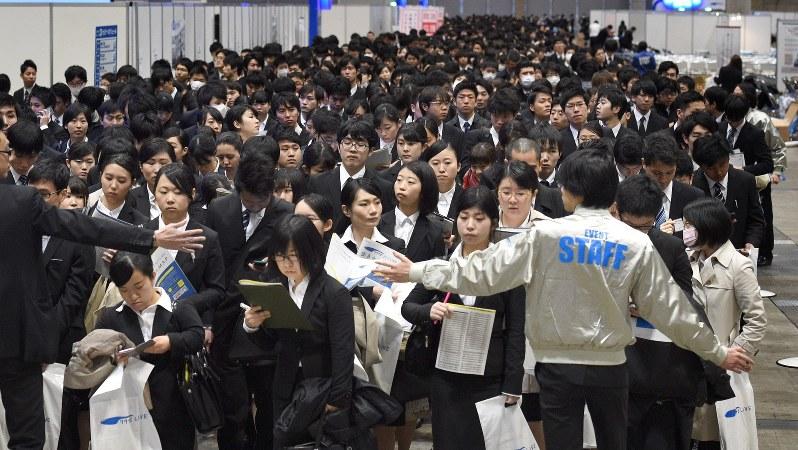 合同企業説明会の開始を待つ学生たち=千葉市美浜区の幕張メッセで2016年3月1日、丸山博撮影