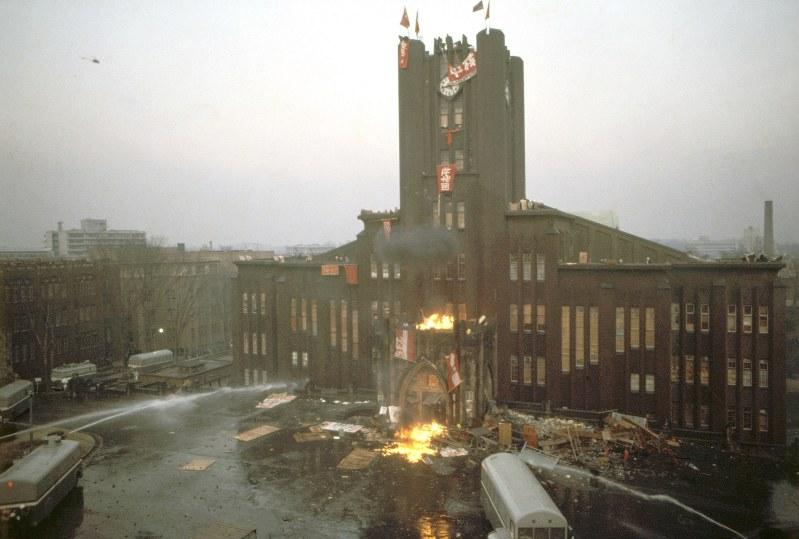 学生が占拠した安田講堂に放水する機動隊=1969年1月