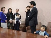 「保育園落ちた日本死ね!!!」ブログ賛同者の署名を受け取り、母親らの話を聞く塩崎恭久厚労相(右から2人目)。左端は民主党の山尾志桜里衆院議員=国会内で2016年3月9日午後2時45分、藤井太郎撮影