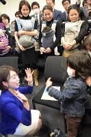 衆院厚生労働委員会の質疑を終えて会場に到着し、出席者の子どもと言葉を交わす民主党の山尾志桜里衆院議員(左下)=東京都千代田区の衆院第2議員会館で2016年3月9日午後0時41分、藤井太郎撮影
