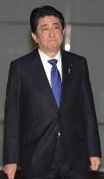 国家安全保障会議終了後、福井県の関西電力高浜原発3,4号機運転差し止め仮処分決定についての問いかけに無言で首相官邸を後にする安倍晋三首相=2016年3月9日午後6時25分、藤井太郎撮影