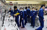 高浜原発4号機で原子炉が停止し、中央制御室で状況を確認する運転員ら=福井県高浜町で2016年2月29日、代表撮影