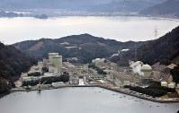 関西電力高浜原発の(右手前から)4号機、3号機、(奥左手前から)2号機、1号機。奥は高浜町市街=福井県高浜町で2016年2月23日、本社ヘリから小関勉撮影