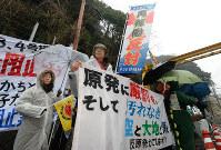 高浜原発3号機の再稼働に反対する人たち=福井県高浜町で2016年1月29日午前9時4分、山崎一輝撮影