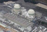 関西電力高浜原発3号機(左)と4号機=福井県高浜町で2016年2月23日、本社ヘリから小関勉撮影