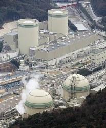 関西電力高浜原発の(手前左から)4号機と3号機。奥は(左から)2号機と1号機=福井県高浜町で2016年2月23日、本社ヘリから小関勉撮影