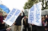 運転差し止めの仮処分が決まり喜ぶ弁護団や支援者ら=大津市で2016年3月9日午後3時38分、久保玲撮影