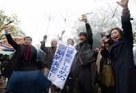 運転差し止めの仮処分が決まり喜ぶ弁護団ら=大津市で2016年3月9日午後3時49分、久保玲撮影