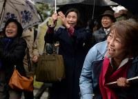 運転差し止めの仮処分が決まり喜ぶ人たち=大津市で2016年3月9日午後3時38分、久保玲撮影