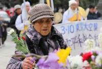 東京大空襲の犠牲者を追悼するため東京都慰霊堂で花を手向ける女性=東京都墨田区で2016年3月10日午前9時17分、後藤由耶撮影
