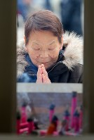 東京大空襲の犠牲者を追悼するため東京都慰霊堂で手を合わせる女性=東京都墨田区で2016年3月10日午前8時46分、後藤由耶撮影
