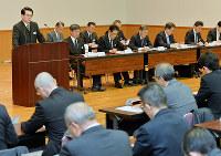 緊急会議で訓示する樋口真人本部長(左奥)=大阪府警本部で、森園道子撮影
