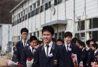 卒業式を終えて仮設校舎に別れを告げ、学校を後にする楢葉中卒業生=福島県いわき市で2016年3月11日午前11時35分、小出洋平撮影