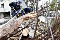 海岸線近くを一斉捜索する福島県警の警察官ら=福島県双葉町で2016年3月11日午前11時13分、山崎一輝撮影
