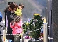 大川地区の慰霊碑に祈りを捧げる親子連れ=宮城県石巻市で2016年3月11日午後0時43分、梅村直承撮影